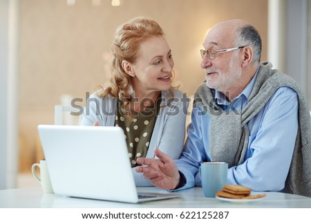 Contemporary seniors discussing data in the net #622125287