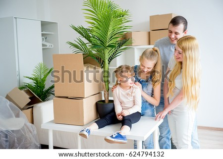Family moving to a new home #624794132