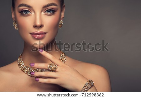 Beautiful girl with jewelry . A set of jewelry for woman ,necklace ,earrings and bracelet. Beauty and accessories. #712598362