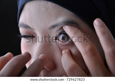Woman use and show his contact lens design #729627823