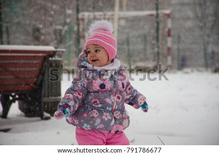 A child walks in the Park in the winter #791786677