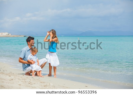 Young father with her two kids on tropical beach vacation #96553396