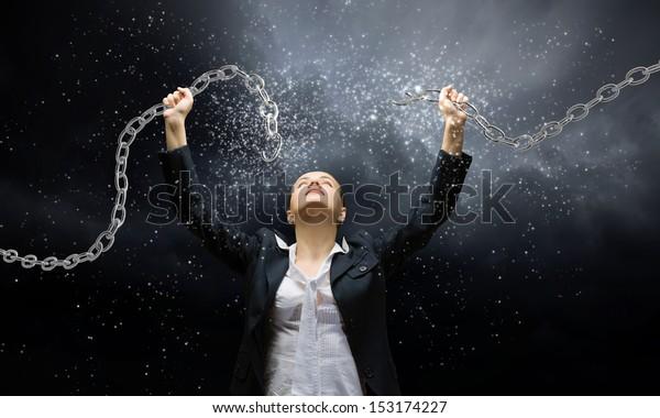 Imagen de una empresaria enfurecida rompiendo una cadena de metal