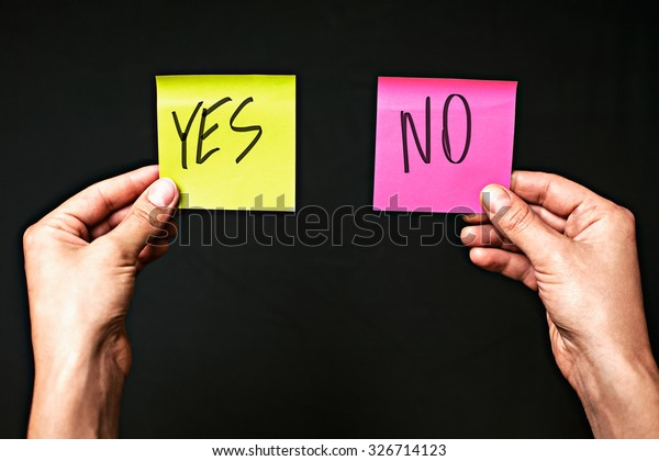 黒い背景に色とステッカーの画像で、「はい」と「いいえ」の文字が付きます。正しい選択を行うコンセプトは、選択を行います。