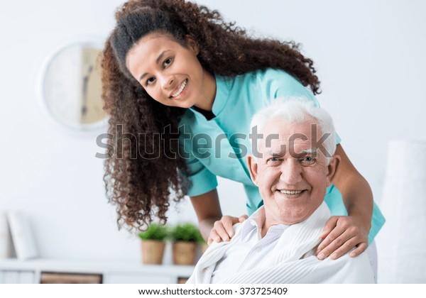 Bild älterer Menschen mit privater häuslicher Betreuung