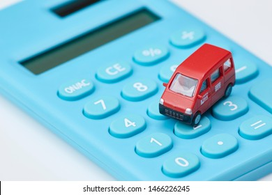 It is an image of Japan's postal delivery and money problems.The car is written in Japanese as Ochiai Post and Post. Ochiai Post is a dummy post office name.