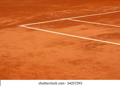 Image of the lines of a tennis court in clay