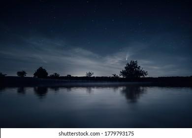 Ein Bild einer nächtlichen Landschaft mit Komet Neowise