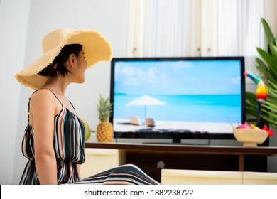 自宅でリゾートの雰囲気を楽しむオンラインツアー女性の画像