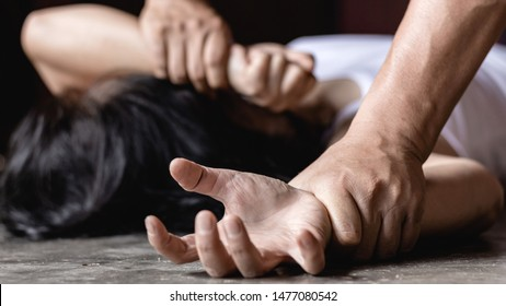 Bild für Vergewaltigung und sexuellen Missbrauch Konzept.Sexueller Missbrauch ist ein Problem oder soziale Fragen Konzept. männliche Hand, die eine Frau hält, um Vergewaltigung und sexuellen Missbrauch zu verhindern.