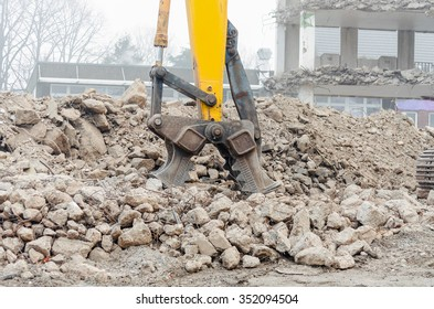 Image was revised; Excavators, crushers is a growing tool for an excavator. To shred of concrete. The force is generated by hydraulic pressure.