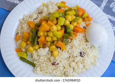 Imagen con enfoque selectivo de un plato de cuscús, verduras y leguminosas