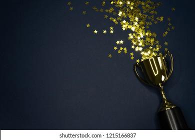 beeld van kleine gouden beker, concept voor het winnen of succes