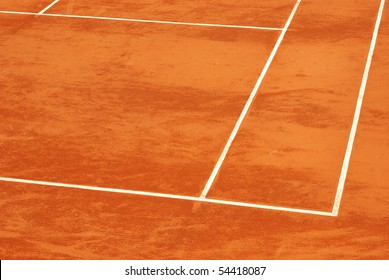 Image of a tennis base in clay.
