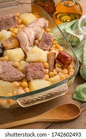 Imagen con una bandeja de estofado andaluz, con carne y verduras