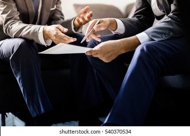 Bild von zwei jungen Geschäftsleuten, die das Projekt auf der Sitzung diskutieren