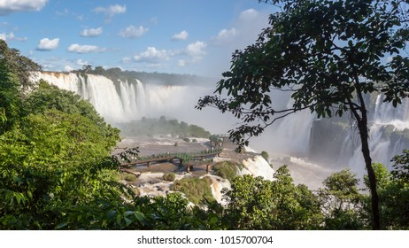 Image of the walls of the Iguassu Falls. Image made from the Brazilian side watching the sides on the Argentine side.
