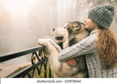 年轻女孩与她的狗,阿拉斯加 malamute,户外形象