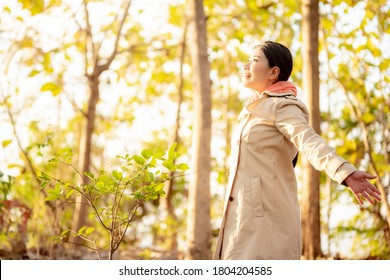 秋の自然の女性の画像