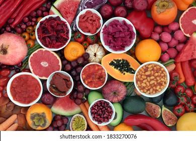 Immunisierung gesunder Lebensmittel für gute Gesundheit hoch in Lycopin, Anthocyane, Antioxidantien, Vitamine, Mineralien und diätetische Ballaststoffe. Mit Obst & Gemüse, locker und in runden Schalen. Pflanzenbasierte veganische Lebensmittel.