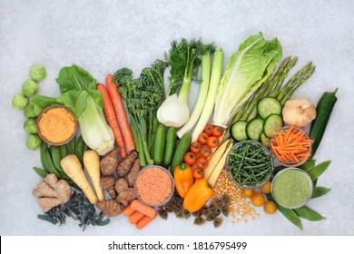 Immun-fördernde veganische Nahrung mit Gemüse, Kräuter, Zusatzpulver, Leguminosen, Nudeln und Tauchen sehr hoch in Antioxidantien, Vitaminen, Mineralien, Smart Carbs, Carotinoide, Protein & Lycopin. Flat lay.