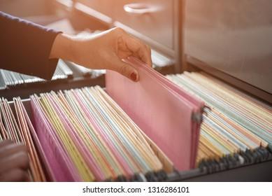 Wichtige Dokumente in Dateien im Aktenschrank