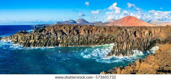 Beeindruckende Höhlen von Los Hervideros Lava auf Lanzarote, beliebte touristische Attraktion, Kanarische Inseln