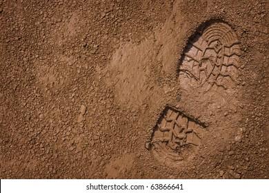 Aufdruck des Schuhs auf Schlamm mit Kopienraum