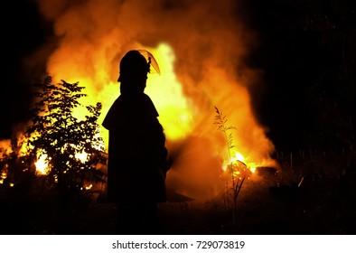 Incendio e pompieri in azione in una fattoria vicino a Monselice (Padova) Italia. - A fire in a farm nearby Monselice (Padova), in nort-eastern Italy and firemen on duty.