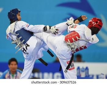 INCHEON - SEP 30: Chanatip Sonkram(b) of Thailand in action of women's -43 kg Taekwondo final of the 2014 Asian Games at Ganghwa Dolmens Gym on September 30, 2014 in Incheon, South Korea.