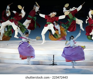 INCHEON - SEP 4:Unidentified artiste show the Korean culture in the Closing Ceremony 2014 Incheon Asian Games at Incheon Asiad Main Stadium on September 4, 2014 in Incheon, South Korea.