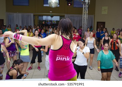 Indaiatuba, December 14, 2016, Shore teachers for the picture and unidentified students in a Zumba class with well-colored clothing in an unidentified location.