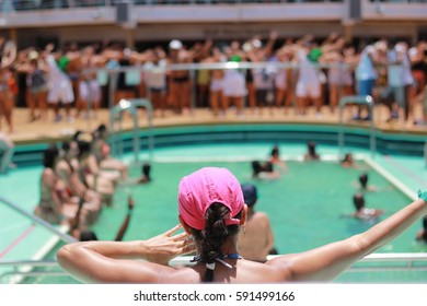 Indaiatuba, March 2, 2017, teacher of unidentified zumba teaching a pool in Sol, on an unidentified cruise and several unidentified people doing the class with much animation.