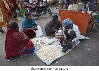INDIA, Delhi; 21 january 2007, garlic sellers at the Uttar Pradesh market - EDITORIAL