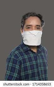 Indischer Mann mit Taschentuch-Maske für Covid-19/Koronavirus-Prävention