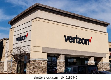 Indianapolis - Circa March 2018: Verizon Wireless Retail Location. Verizon delivers wireless, high-capacity fiber optics and 5G communications III
