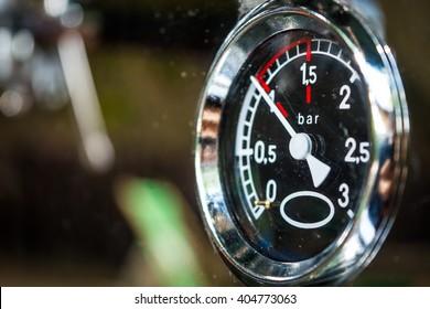 Indicator of espresso pressure in the coffee machine