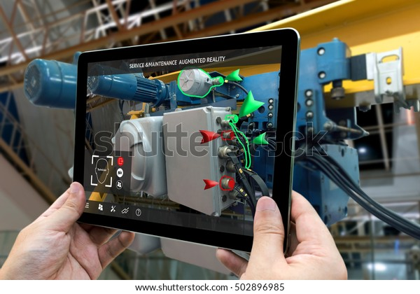 Industrial 4.0 , Augmented Reality Konzept. Hand-HolTablet mit AR-Service , Wartungsanwendung und Anruftechniker zum Scheck zerstören einen Teil der intelligenten Maschine auf intelligentem Fabrikhintergrund