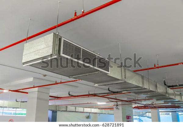 Lüftungsgeräte und Rohrsysteme für industrielle Luftkanäle an der Decke von Industriegebäuden.