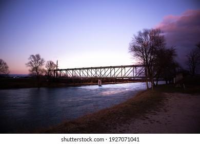 Industriebrücke durch die Landschaft des Flusses