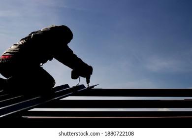 ein an einem Sicherheitsseil versicherter Bergsteiger, der die Aufgabe wahrnimmt, Metallkonstruktionen in hoher Höhe zu installieren