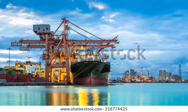 Contentor Industrial Navio de carga com ponte de guindaste em funcionamento no estaleiro ao crepúsculo para fundo Exportação de Importação Logística