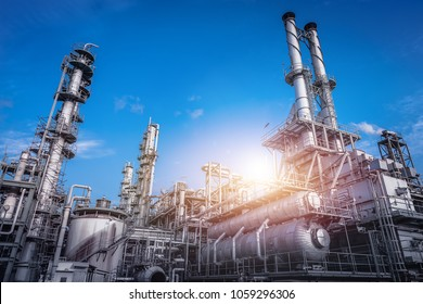 Industrieofen und Wärmetauscher Kracken von Kohlenwasserstoffen in Fabrik auf blauem Himmelshintergrund, Nahaufnahme von Ausrüstung in petrochemischen Anlagen