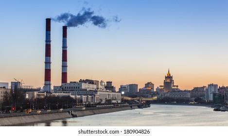 Industrielle Landschaft mit einem Wärmekraftwerk in der Stadt bei Sonnenaufgang