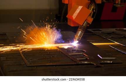 Industrial plasma cutting machine with sparks