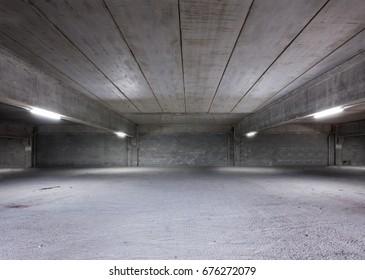 Industriegeschütze oder Parkplatz. Urbaner, robuster, unterbauter Hintergrund. Leere Lagerhäuser Räume.