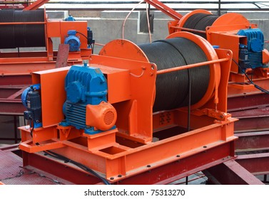 Industrial stage winch for shaft sinking and underground