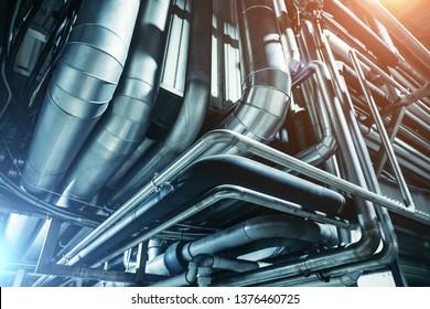 Rohre aus industriellem Stahl oder Rohre aus Luftbeatmungssystem als abstrakter Hintergrund für Industrieanlagen in blauen Tönen