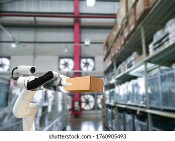 Industrietechnik mit Robotern mechanischer Arm der Box in der Fabrik