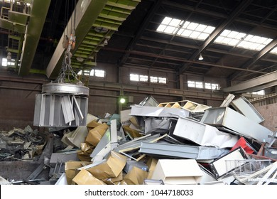 Industrial waste recycling plant to sort metal junk
